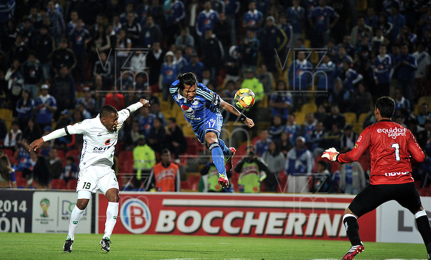 BOGOTA- COLOMBIA -02 -02-2014: Dayro Moreno  (Cent.) jugador de Millonarios disputa el balón con Yonni Hinestroza (Izq.) y Diego Novoa (Der.) jugadores de La Equidad en durante partido de la segunda fecha de la Liga Postobon I 2014, jugado en el Nemesio Camacho El Campin de la ciudad de Bogota. / Dayro Moreno  (C) player of Millonarios vies for the ball with Yonni Hinestroza (L) and Diego Novoa (R) players of La Equidad during a match for the second date of the Liga Postobon I 2014 at the Nemesio Camacho El Campin Stadium in Bogoto city. Photo: VizzorImage  / Luis Ramirez / Staff
