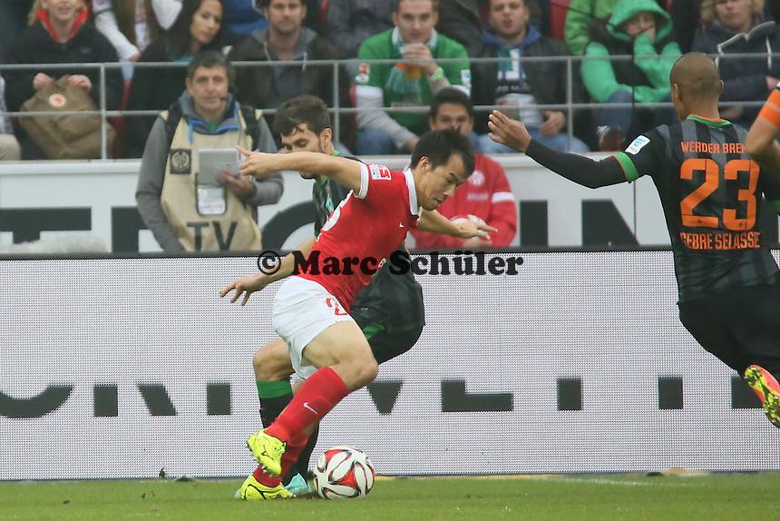 Shinji Okazaki (Mainz) setzt sich durch und erzielt das 1:0 - 1. FSV Mainz 05 vs. SV Werder Bremenl, Coface Arena