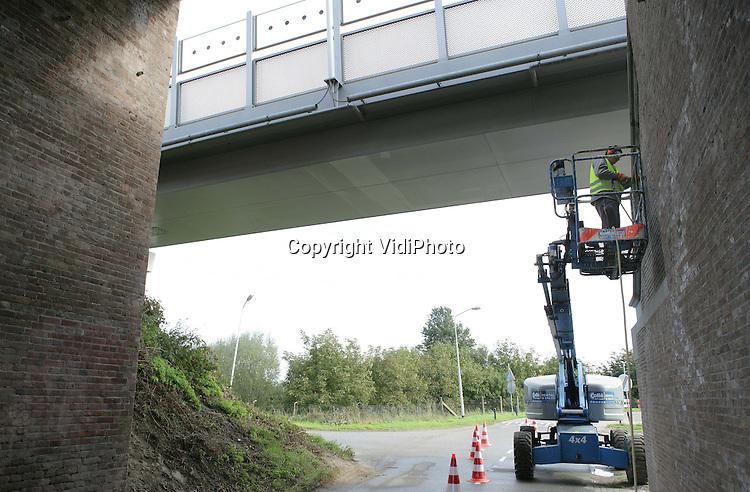 LENT - In overleg met de gemeente Nijmegen herstelt en restaureert ProRail een 19e eeuwse zogenoemde rivierkazemat (1872) aan de Waaldijk bij Lent. Bijzonder is dat het verdedigingswerk tevens de eerste pijler is van de spoorbrug bij Nijmegen. Lange tijd was de kazemat, waarvan de muren 1.40 meter dik zijn, bedekt met grond en puin. Dat is inmiddels weggehaald. In opdracht van ProRail herstelt Imhoff Voeg- en Straalbedrijf uit Hengelo op dit moment het voeg- en metselwerk. Foto: VidiPhoto