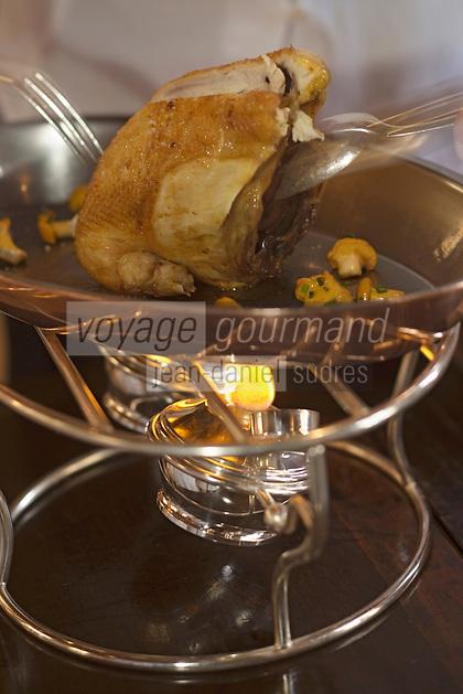 """Europe/France/Rhône-Alpes/69/Rhône/Bagnols: Découpe en salle et service de la Poularde de Bresse truffée recette de  Mathieu Fontaine  chef du  Restaurant  du """"Chateau de Bagnols"""""""