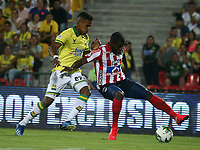 BUCARAMANGA-COLOMBIA, 07-03-2020: Homer Martinez de Atletico Bucaramanga y Carmelo Valencia de Atletico Junior disputan el balon, durante partido entre Atletico Bucaramanga y Atletico Junior, de la fecha 8 por la Liga BetPlay DIMAYOR I 2020, jugado en el estadio Alfonso Lopez de la ciudad de Bucaramanga. / Homer Martinez of Atletico Bucaramanga and Carmelo Valencia of Atletico Junior vie for the ball during a match between Atletico Bucaramanga and Atletico Junior, of the 8th date for the BetPlay DIMAYOR I Legauje 2020 at the Alfonso Lopez stadium in Bucaramanga city. / Photo: VizzorImage / Jaime Moreno / Cont.