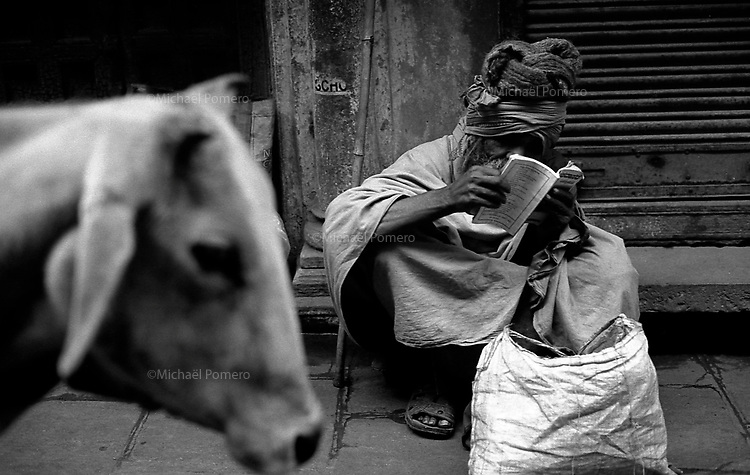 12.2010 Varanasi (Uttar Pradesh)<br /> <br /> Sadhu reading a book in the street.<br /> <br /> Sadhu en train de lire un livre dans la rue.