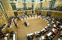 Berlin, Mitglieder des Bundesrats sitzen am Freitag (07.06.13) im Bundesrat vor der Abstimmung über den EU-Beitritt von Kroatien. Der Bundesrat stimmte für die Aufnahme Kroatiens als EU-Mitglied. Nach zehnjährigem Aufnahmeverfahren soll das Land am 1. Juli als 28. Mitglied in die EU aufgenommen werden. Foto: Steffi Loos/CommonLens
