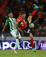 MEDELLÍN -COLOMBIA-8-MAYO-2016.Macnelly Torres (Izq.) de Atlético Nacional  disputa el balón con Daniel Torres (Der.) del Medellin  durante partido por la fecha 17 de Liga Águila I 2016 jugado en el estadio Atanasio Girardot ./ Macnelly Torres (L) of Atletico Nacional  for the ball with Daniel Torres (R) of Medelllin during the match for the date 17 of the Aguila League I 2016 played at Atanasio Girardot  stadium in Medellin . Photo: VizzorImage / León Monsalve  / Contribuidor