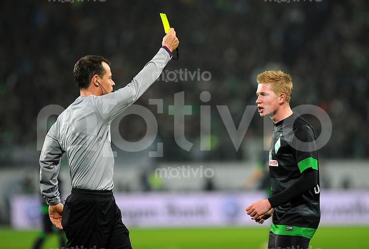 FUSSBALL   1. BUNDESLIGA    SAISON 2012/2013    13. Spieltag   VfL Wolfsburg - SV Werder Bremen                          24.11.2012 Schiedsrichter Markus Schmidt (li) zeigt Kevin De Bruyne (SV Werder Bremen) die gelbe Karte