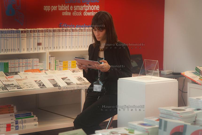 Italia Torino Salone del libro 2014  ragazza legge un ebook