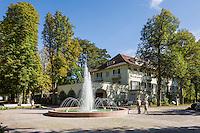 Germany, Baden-Wuerttemberg, Tauber Valley, Bad Mergentheim: Spa Garden, main fountain and spa building | Deutschland, Baden-Wuerttemberg, Taubertal, Bad Mergentheim: Kurpark, Hauptbrunnen und Haus des Kurgastes