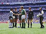 Fussball, Weltmeisterschaft 1986 Finale<br />Argentinien - Deutschland<br />Diego MARADONA (Argentinien links), Karl-Heinz RUMMENIGGE (Deutschland rechts)<br /> <br /> - 29.06.1986<br /> <br /> Es obliegt dem Nutzer zu pr&uuml;fen, ob Rechte Dritter an den Bildinhalten der beabsichtigten Nutzung des Bildmaterials entgegen stehen.
