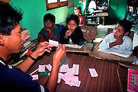 CHIMEL / QUICHE' / GUATEMALA.IL MAESTRO ED I PICCOLI ALLIEVI DELLA SCUOLA RECENTEMENTE COSTRUITA CON IL SOSTEGNO DELLA FONDAZIONE RIGOBERTA MENCHU'..FOTO LIVIO SENIGALLIESI