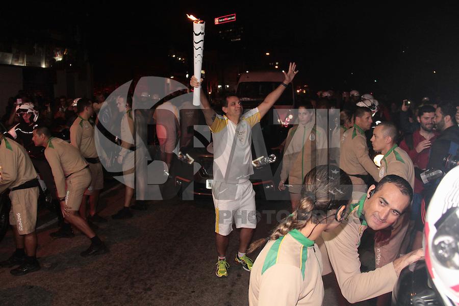 SÃO PAULO,SP,21.07.2016 - RIO-2016 - Passagem da tocha olímpica na Avenida  Aurora dos Santos Barbosa região central da cidade de Osasco, na grande São Paulo, na noite desta quinta-feira (21). ( Foto : Marcio Ribeiro / Brazil Photo Press).