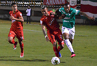 TUNJA - COLOMBIA, 04-02-2020: Darwin Carrero de Patriotas disputa el balón con Angelo Rodriguez de Cali durante partido por la fecha 3 de la Liga BetPlay DIMAYOR I 2020 entre Patriotas Boyacá y Deportivo Cali jugado en el estadio La Independencia de la ciudad de Tunja. / Darwin Carrero of Patriotas fights for the ball with Angelo Rodriguez of Cali during match for the date 3 of the BetPlay DIMAYOR League I 2020 between Patriotas Boyaca and Deportivo Cali played at La Independencia stadium in Tunja city. Photo: VizzorImage / Jose Palencia / Cont