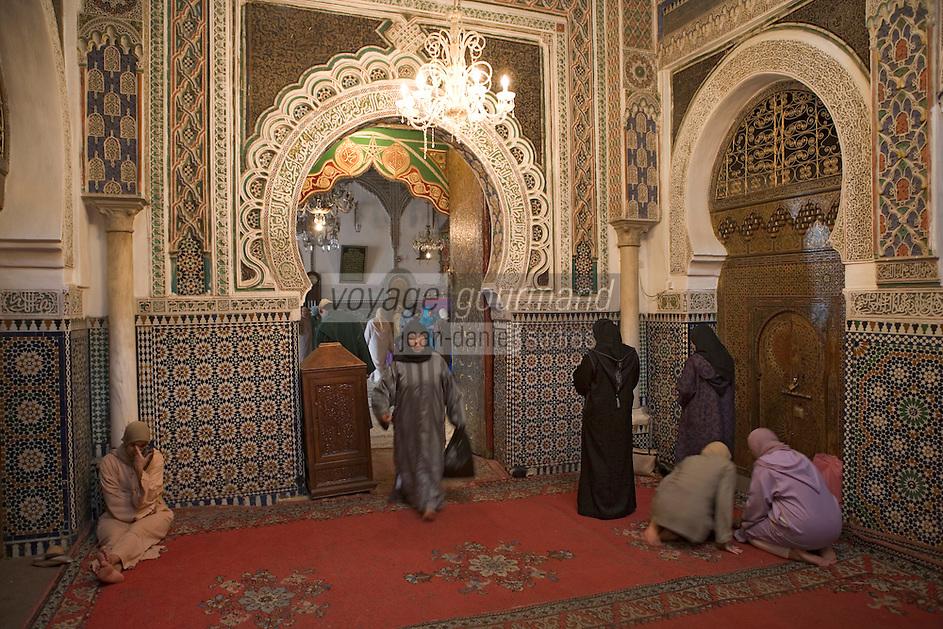 Afrique/Afrique du Nord/Maroc/Fèz: Dans la médina de Fèz-El-Bali l'intérieur de la Zaouia de Moulay Idriss accueille des musulmans en quète de baraka - chance