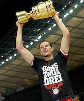 FUSSBALL       DFB POKAL FINALE        SAISON 2012/2013 FC Bayern Muenchen - VfB Stuttgart    01.06.2013 Bayern Muenchen ist Pokalsieger 2013: Daniel van Buyten jubelt  mit dem Pokal