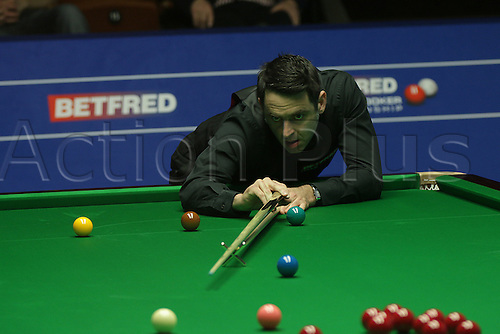 24.04.2016: 2016 Betfred World Snooker Championships. Ronnie O'Sullivan in action against Barry Hawkins in the 2nd round at world Snooker, at the Crucible Theater, Sheffield, England