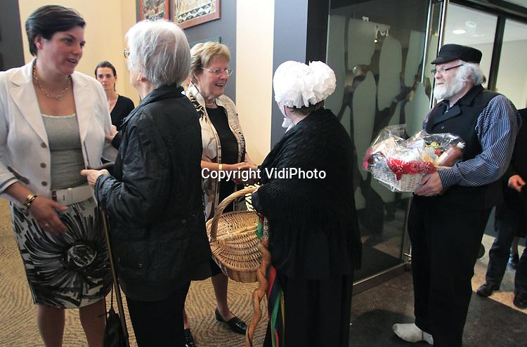 ARNHEM - Greet van Hooff-Wierenga, directeur van dierenpark Burgers' Zoo in Arnhem, heeft woensdag tijdens haar 45-jarig jubileum een Koninklijke onderscheiding ontvangen. Uit handen van burgemeester Paulien Krikke ontving ze de versierselen, behorende bij Ridder in de Orde van Oranje-Nassau. Samen met haar zoon Alex van Hooff en zijn vrouw Bertine, voert ze de directie van het park. Haar man Antoon van Hooff overleed enkele jaren geleden.
