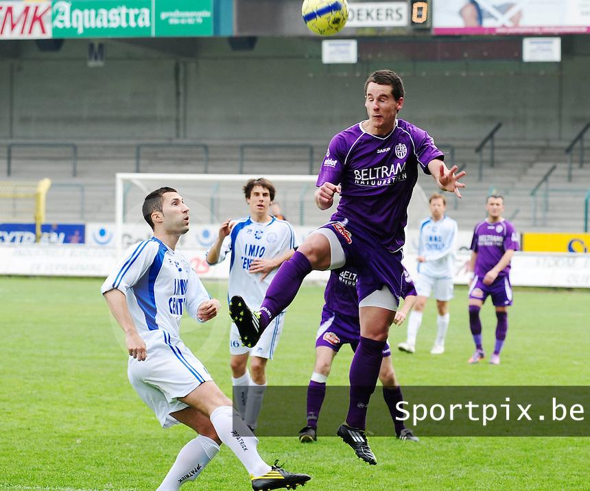 SW Harelbeke - FC Knokke : Jonathan Meerschman wint het kopduel van Aaron Bruning (links).foto VDB / Bart Vandenbroucke