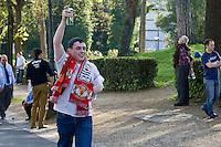 Un tifoso del Manchester a Roma prima dell'incontro di calcio Roma Manchester valevole per i quarti di finale della Champions League