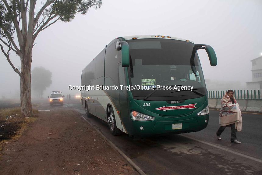 San Juan del R&iacute;o, Qro. 10 enero 2014.- Una camioneta de carga choca por alcance contra un autobus estacionado sobre el acotamiento en el kil&oacute;metro 122 de la carretera Palmillas-Toluca.<br /> <br /> Una mujer result&oacute; lesionada y tres menores quedaron bajo el resgurado de Protecci&oacute;n Civil del municipio de Polotitl&aacute;n, Estado de M&eacute;xico.