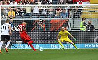 goal, Tor zum 0:1 für Davie Selke (Hertha BSC Berlin) gegen Torwart Lukas Hradecky (Eintracht Frankfurt) per Elfmeter - 21.04.2018: Eintracht Frankfurt vs. Hertha BSC Berlin, Commerzbank Arena