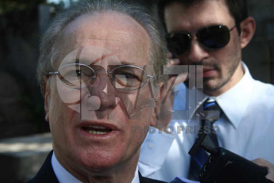 SÃO PAULO - SP - 12 DE MARÇO 2013. EXUMAÇÃO MATSUNAGAPromotor do caso acompanha os técnicos do IML (Instituto Médico Legal) realizando a exumação do corpo de Marcos Matsunaga, no Cemitério São Paulo, zona oeste de São Paulo (SP), na manhã desta terça-feira (12). O empresário foi morto em maio de 2012, por sua mulher, Elize Matsunaga. FOTO: MAURICIO CAMARGO / BRAZIL PHOTO PRESS.