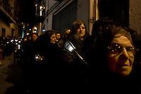 Le donne di Corleone vestite di nero attraversano il paese durante la processione del Venerdì Santo.