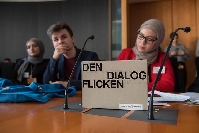 Bundeskonferenz der &quot;Jungen Islam Konferenz&quot; (JIK) vom 24. bis 26. Maerz 2017 in Berlin.<br /> Ca. 50 Junge Menschen verschiedener Religionen trafen sich zu der Bundeskonferenz im Deutschen Bundestag.<br /> Am Eroeffnungstag sprach die Staatsministerin fuer Integration, Aydan Oezoguz (SPD) zu den Konferenz-Teilnehmern.<br /> Im Bild: Konferenzteilnehmer.<br /> 24.3.2017, Berlin<br /> Copyright: Christian-Ditsch.de<br /> [Inhaltsveraendernde Manipulation des Fotos nur nach ausdruecklicher Genehmigung des Fotografen. Vereinbarungen ueber Abtretung von Persoenlichkeitsrechten/Model Release der abgebildeten Person/Personen liegen nicht vor. NO MODEL RELEASE! Nur fuer Redaktionelle Zwecke. Don't publish without copyright Christian-Ditsch.de, Veroeffentlichung nur mit Fotografennennung, sowie gegen Honorar, MwSt. und Beleg. Konto: I N G - D i B a, IBAN DE58500105175400192269, BIC INGDDEFFXXX, Kontakt: post@christian-ditsch.de<br /> Bei der Bearbeitung der Dateiinformationen darf die Urheberkennzeichnung in den EXIF- und  IPTC-Daten nicht entfernt werden, diese sind in digitalen Medien nach &sect;95c UrhG rechtlich geschuetzt. Der Urhebervermerk wird gemaess &sect;13 UrhG verlangt.]