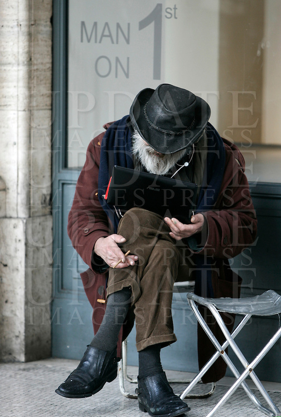 Un uomo consulta un computer portatile, a Roma, 5 gennaio 2011..A man uses a laptop in downtown Rome, 5 january 2011..UPDATE IMAGES PRESS/Riccardo De Luca