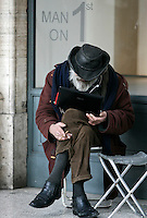 Un uomo consulta un computer portatile, a Roma, 5 gennaio 2011..A man uses a laptop in downtown Rome, 5 january 2011..UPDATE IMAGES PRESS/Riccardo De Luca