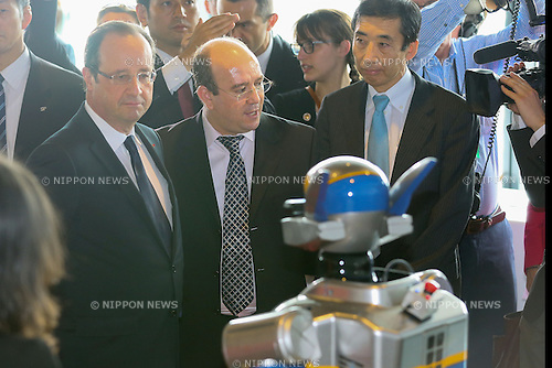 "June 7, 2013, Tokyo, Japan - France's President Francois Hollande observes a robot using new technology of information and communication during ""Innovons ensemble"", at Shibuya Hikarie in Tokyo, Japan, June 7, 2013.  President Hollande is in Japan for a three-day state visit. (Photo by Yusuke Nakanishi/Pool/Abaca Presse)"