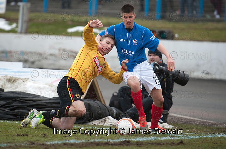 Thistle's Stephen O'Donnell and Cowdenbeath's Lewis Milne tussle at the corner flag.