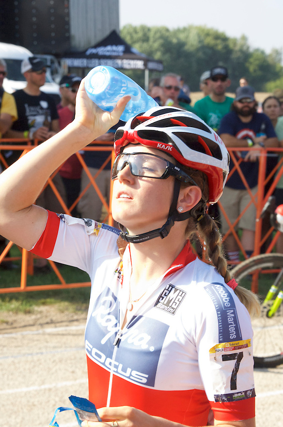 Ellen noble cooling off before the start of the race.