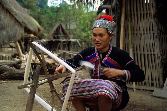 CHINA, YUNAN PROVINCE, HUA YAO DAI WOMAN IN TRADITION DRESS, SPINNING WOOL, XISHUANG BANA