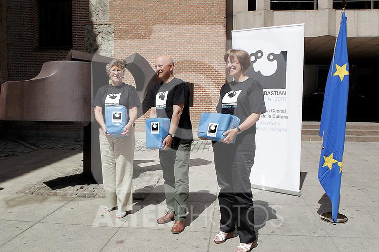 Autoridades de San Sebastian (Donostia) entregan en el registro del Ministerio de Cultura la documentacion correspondiente a la candidatura  de San Sebastian para Ciudad Europea de la Cultura 2016. Julio 09, 2010. (ALTERPHOTOS/Alvaro Hernandez)