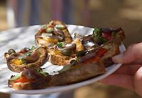 Europe/France/2A/Corse du Sud/ Murtoli: Service des amuse-bouche  anchois et poivron confit du Restaurant de  plage du Domaine de Murtoli dans la vallée de l'Ortolo  sur le Golfe de Roccapina- Les anciennes  bergeries ont étées transformées en maison d'hôtes - Hôtellerie de luxe