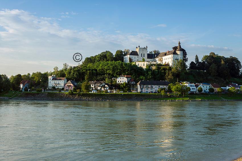 Oesterreich, Oberoesterreich, Ottensheim im oberen Muehlviertel: mit Schloss Ottensheim oberhalb der Donau | Austria, Upper Austria, Ottensheim in Upper Muehlviertel: with Castle Ottensheim above river Danube