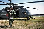 Un militaire américain porte la petite Sophonie Blaise, rescapée du séisme, hors de l'hélicoptère qui les ramène de Jacmel à Port-au-Prince le 22/01/2010 . Avec son frère Godson, également de nationalité américaine, ils doivent ensuite regagner les Etats-Unis.