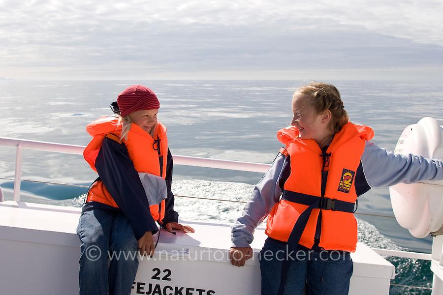Walsafari, Wal-Safari, Ausfahrt mit einem Kutter, Boot, Schiff auf den Atlantik um Wale zu beobachten, whale watching, Wal, Andenes, Nord - Norwegen, Kinder, Mädchen warten auf die ersten Beobachtungen