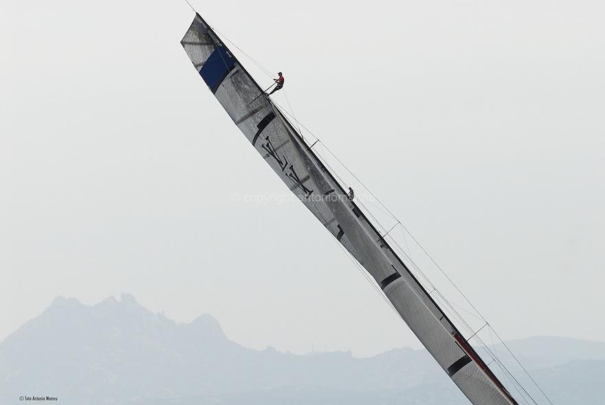 Louis Vuitton Trophy La Maddalena 27 maggio 2010. Gli strateghi di Emirates Team New Zealand e dei francesi di Aleph si stagliano contro il cielo durante una bolina.