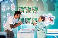 SAO PAULO, SP, 25 DE JULHO DE 2013. EVENTO P&G - ARIEL. o apresentador Rodrigo Faro e a apresentadora Palmirinha durante o lançamento do  novo produto da P&G, Ariel Power Pods, na manhã desta quinta feira (25), no Hotel Tivoli, na região central da capital paulista.  Ariel Power Pods é um sabão em pó em cápsulas para maquina de lavar. FOTO ADRIANA SPACA/BRAZIL PHOTO PRESS
