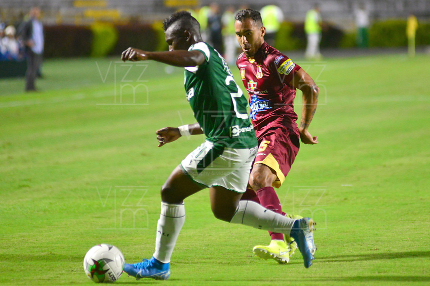 IBAGUE – COLOMBIA, 03-10-2019: Juan Pablo Nieto del Tolima disputa el balón con Kevin Velasco del Cali durante partido entre Deportes Tolima y Deportivo Cali por la fecha 14 de la Liga Águila II 2019 jugado en el estadio Manuel Murillo Toro de la ciudad de Ibagué. / Juan Pablo Nieto of Tolima struggles the ball with Kevin Velasco of Cali during match between Deportes Tolima and Deportivo Cali for the date 14 as part of Aguila League II 2019 played at Manuel Murillo Toro stadium in Ibague. Photo: VizzorImage / Juan Carlos Escobar / Cont
