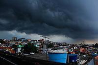 CARAPICUÍBA , SP,  07 MARÇO 2013 - CLIMA TEMPO CARAPICUÍBA - Ceu encoberto na cidade de Carapicuíba na grande São Paulo, nesta quinta-feira, 07. FOTO: ISABELLE ANDRADE / BRAZIL PHOTO PRESS.
