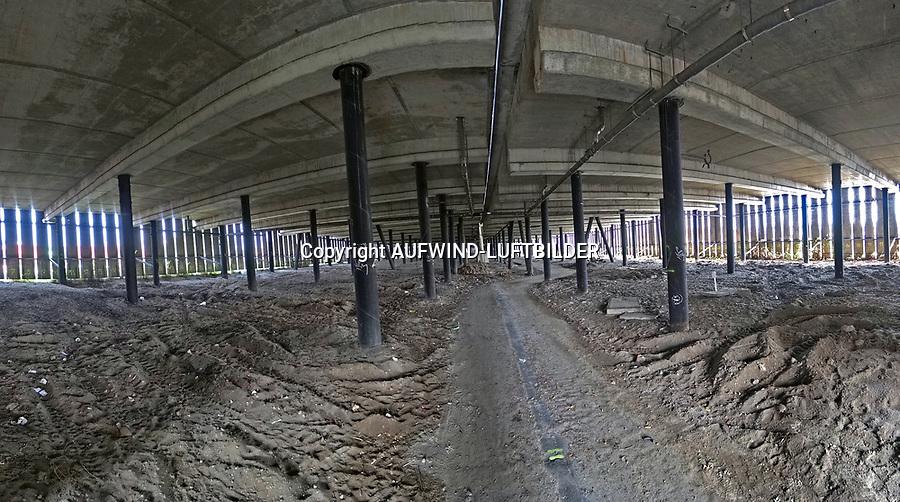 Ingenieurbauwerk K30 s&uuml;dliche Tunneleinfahrt Elbtunnel: EUROPA, DEUTSCHLAND, HAMBURG, (EUROPE, GERMANY), 22.09.2017: Ersatzneubau des Ingenieurbauwerkes K30 (BAB A7) im Zuge der 8-streifigen Erweiterung s&uuml;dlich des Elbtunnels<br /> Mit dem K&uuml;rzel K30 wird das 418m lange Rampenbauwerk zwischen Elbtunnel und Hochstra&szlig;e Elbmarsch bezeichnet. Es ist baulich von der Hochstra&szlig;e Elbmarsch getrennt.<br /> F&uuml;r die K30 haben Bauwerksuntersuchungen ausgepr&auml;gte Sch&auml;den am Bauwerk mit dringendem Handlungsbedarf ergeben. Das Bauwerk K 30 ist bereits achtstreifig ausgebaut, hat aber eine besondere Bedeutung f&uuml;r die Anfahrbarkeit des Elbtunnels. Die Vorplanung hat ergeben, dass es am sinnvollsten ist, f&uuml;r die K30 einen Ersatzneubau zu errichten. Dieser wird nicht als Br&uuml;cken- bzw. Rampenkonstruktion erfolgen, sondern als so genannter Fangedamm. Das ist ein k&uuml;nstlich aufgesch&uuml;tteter Damm, der platzsparend durch Stahlbetonw&auml;nde eingefasst ist.<br /> Um die Erreichbarkeit aller R&ouml;hren des Elbtunnels w&auml;hrend der Bauzeit sicherzustellen und im Bereich der K30 insgesamt sechs Fahrstreifen anzubieten, wird bauzeitlich westlich des Bauwerks ein Hilfsdamm errichtet, der w&auml;hrend der Bauzeit auf Platz f&uuml;r zwei Fahrstreifen bietet. Parallel werden in jeder Bauphase vier Fahrstreifen durch das  Baufeld gef&uuml;hrt. Das Foto ist ein Panoramabild unter der Br&uuml;cke.