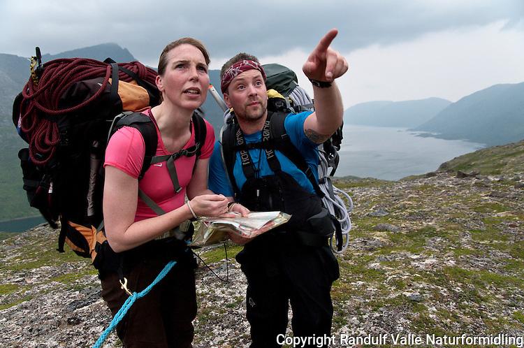 Mann og dame studerer kart på Seiland i Finnmark. ---- Man and woman studying map on the island Seiland.