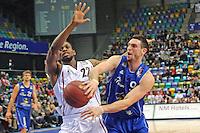 Andy Rautins (Skyliners) gegen Antonio Graves (Artland) - Fraport Skyliners vs. Artland Dragons Quakenbrueck, Fraport Arena Frankfurt