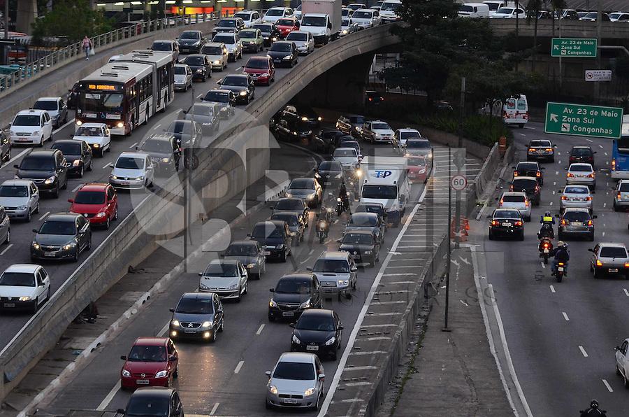 SAO PAULO, 03 DE AGOSTO DE 2012 - TRANSITO SP - Transito na Avenida Nove de Julho sentido cntro, altura do anhangabau, no fim da tarde desta sexta feira, regiao central da capital. FOTO: ALEXANDRE MOREIRA - BRAZIL PHOTO PRESS