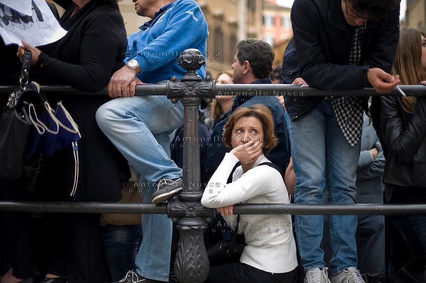 La rassegnazione nel volto di una donna alla notizia della ri-elezione di Giorgio Napolitano. Centinaia di persone si sono radunate in Piazza di Montecitorio per protestare contro l'elezione a Presidente della Repubblica di Franco Marini e Giorgio Napolitano.