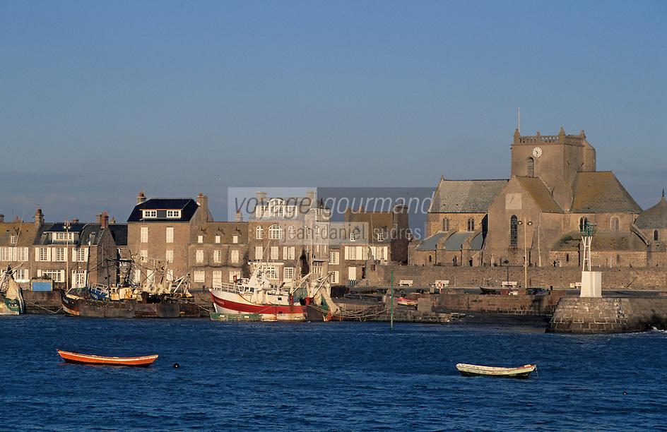 Europe/France/Normandie/Basse-Normandie/50/Manche/Barfleur: Le port et l'église Saint-Nicolas (XVIIème) - barques et chalutiers au port