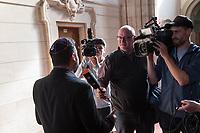 Prozess vor dem Amtsgericht Berlin gegen einen 19jaehrigen aus Syrien stammenden Palaestinenser, der am 17. April 2018 in Berlin zwei einen Israeli und einen Deutsch-Marokkaner antisemitisch beschimpft und mit seinem Guertel geschlagen haben soll. Der Deutsch-Marokkaner und sein israelischer Freund hatten im Stadtteil Prenzlauer Berg eine Kippa gerragen, als sie von dem 19jaehrigen Angeklagten zuerst beschimpft und dann geschlagen wurden.<br /> Im Bild: En Besucher des Prozess gibt Medienvertretern Interviews.<br /> 19.6.2018, Berlin<br /> Copyright: Christian-Ditsch.de<br /> [Inhaltsveraendernde Manipulation des Fotos nur nach ausdruecklicher Genehmigung des Fotografen. Vereinbarungen ueber Abtretung von Persoenlichkeitsrechten/Model Release der abgebildeten Person/Personen liegen nicht vor. NO MODEL RELEASE! Nur fuer Redaktionelle Zwecke. Don't publish without copyright Christian-Ditsch.de, Veroeffentlichung nur mit Fotografennennung, sowie gegen Honorar, MwSt. und Beleg. Konto: I N G - D i B a, IBAN DE58500105175400192269, BIC INGDDEFFXXX, Kontakt: post@christian-ditsch.de<br /> Bei der Bearbeitung der Dateiinformationen darf die Urheberkennzeichnung in den EXIF- und  IPTC-Daten nicht entfernt werden, diese sind in digitalen Medien nach §95c UrhG rechtlich geschuetzt. Der Urhebervermerk wird gemaess §13 UrhG verlangt.]
