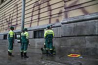 SÃO PAULO, SP - 17.10.2013 - LIMPEZA DO TEATRO MUNICIPAL DE SAO PAULO - Funcionários da Prefeitura de São Paulo fazem a limpeza da lateral do Teatro Municipal, região central, nesta quinta-feira(17) (Foto: Marcelo Brammer/Brazil Photo Press)