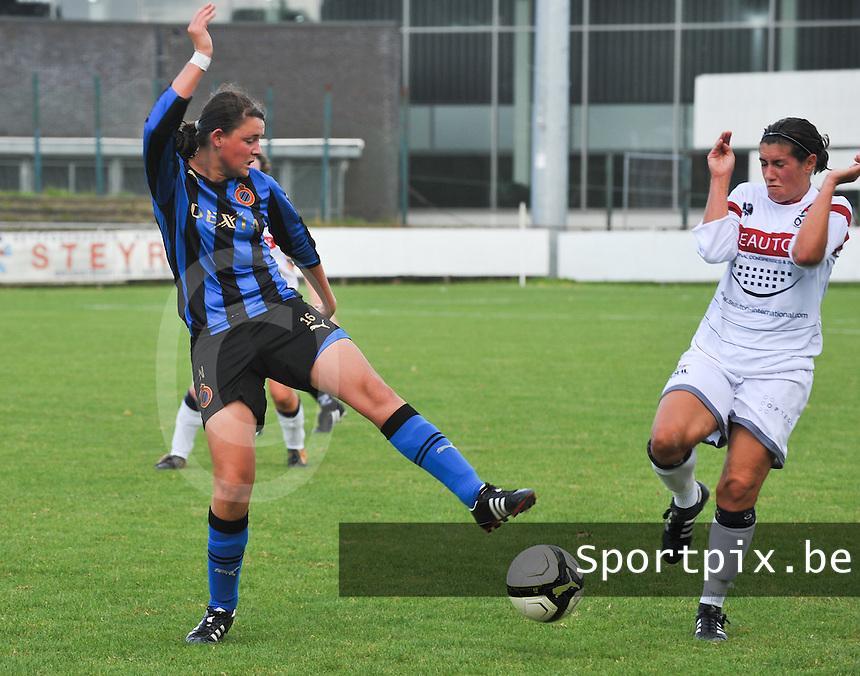 Club Brugge Dames - Oud Heverlee Leuven OHL Dames : Sofie Huyghebaert aan de bal voor Ansje Bogaerts.foto JOKE VUYLSTEKE / Vrouwenteam.be